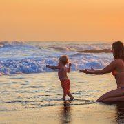 πώς θα αγαπήσει το παιδί μας το μπάνιο στη θάλασσα