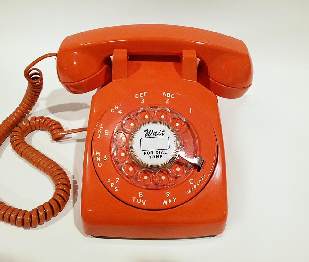 Τα παιδιά μπροστά σε ένα (λίγο πιο) παλιό τηλέφωνο