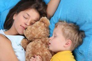 madre_e_hijo_durmiendo