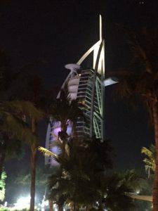 Burj al Arab, ψηφίζεται ως το καλύτερο ξενοδοχείο του κόσμου, έχει top chef σε ψαρικά και δίνει δυνατότητες όπως προσωπικός σοφέρ σε rolls-royce