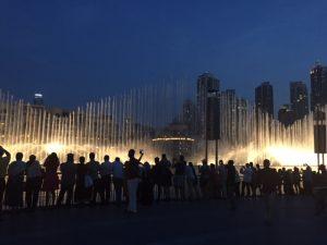 Dubai Mall by night, συγχρονισμένα σιντριβάνια κάνουν χορευτικό