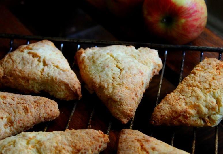 scones με γραβιέρα και μήλο