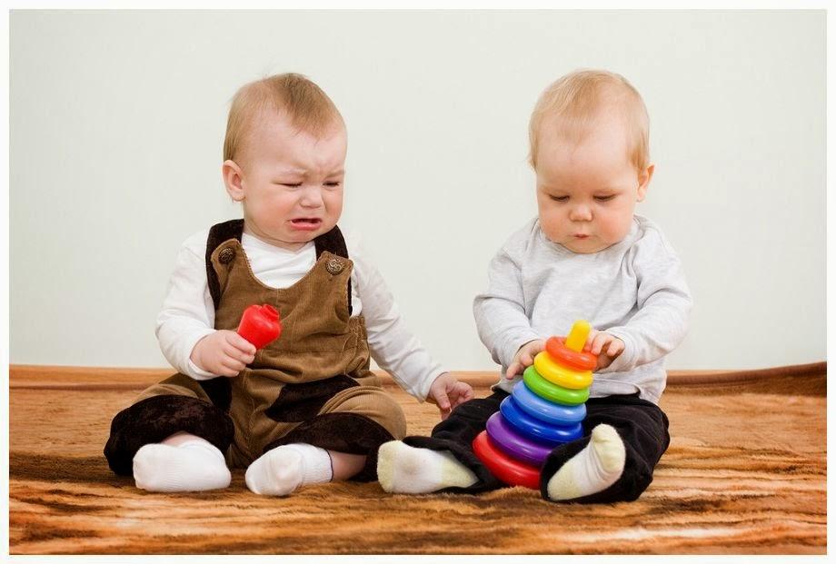 children_sharing_toy