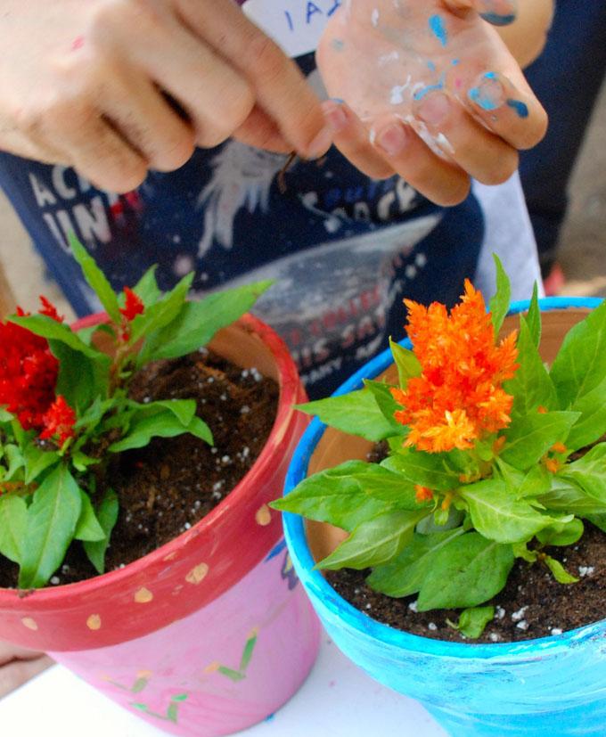 Μικροί κηπουροί με πινέλα