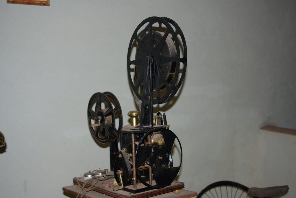 1910_Film_projector_pathé-frères