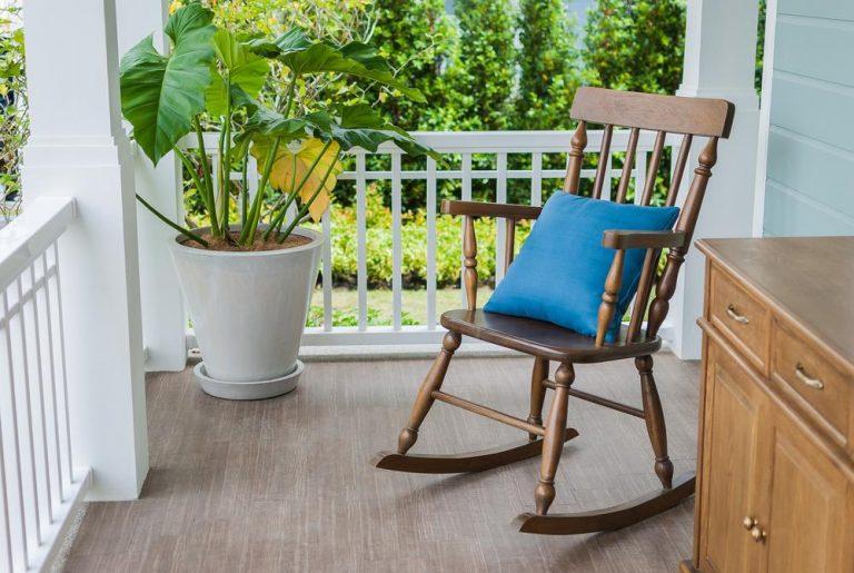 κουνιστή-καρέκλα-καλοκαιρινή-διακόσμηση-σπιτιού-768x515