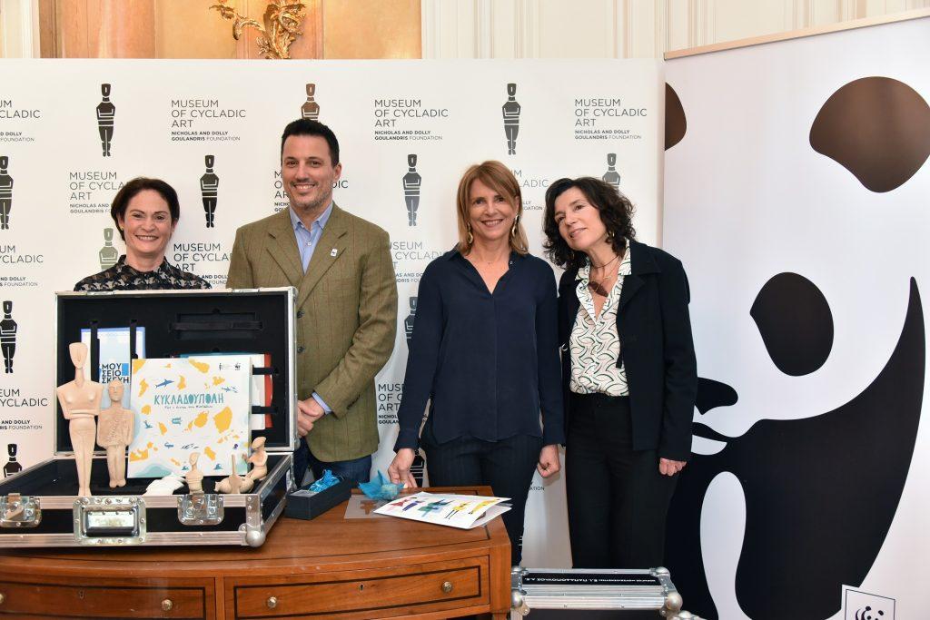 Μαρίνα Πλατή (Διευθύντρια του Τμήματος Εκπαίδευσης του Μουσείου Κυκλαδικής Τέχνης), Σάντρα Μαρινοπούλου (Πρόεδρος Μουσείου Κυκλαδικής Τέχνης), Δημήτρη Καραβέλλα (Γενικός Δ/ντής WWF Ελλάς) και Ελένη Σβορώνου (Υπ/νη Περιβαλλοντικής Εκπαίδευσης, WWF Ελλάς).