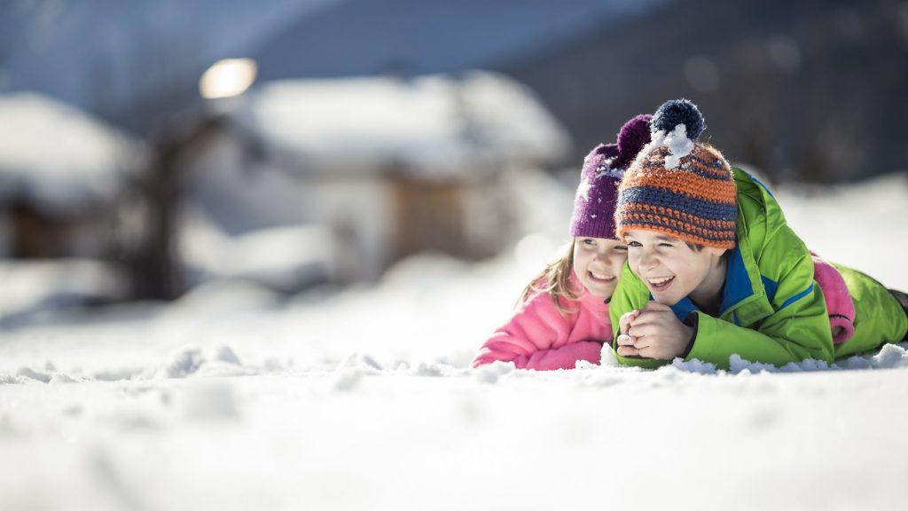 παιχνίδι στη φύση τον χειμώνα