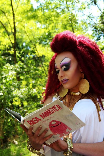 Η Drag Queen Geena Tequila μαζί με τη Ρόζα το τερατάκι που κυκλοφορεί και στα Ελληνικά από τις εκδόσεις Μικρή Σελήνη.