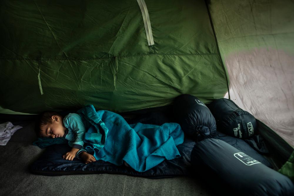 Ο Μοχαμάντ Ταχά είναι μόλις 2,5 ετών και ζει στη Μόρια. Τα βράδια φοβάται να κοιμηθεί. Όταν βρέχει και φυσάει πολύ, αρχίζει να ουρλιάζει και να κλαίει, οι σφυγμοί του αυξάνονται και οι γονείς του πρέπει να τον πάρουν αγκαλιά μέχρι να ηρεμήσει.