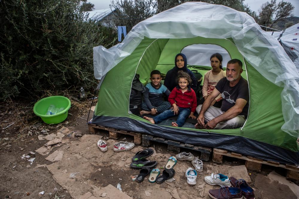 «Ήρθαμε εδώ πριν από επτά μέρες. Έχω τρία μικρά παιδιά και πρέπει να κοιμόμαστε όλοι σ' αυτή τη μικρή σκηνή. Χτες έβρεχε όλη νύχτα και βραχήκαμε όλοι. Βάλαμε αυτό το νάιλον για να μην μπαίνει το νερό μέσα στη σκηνή» Τζαβάντ*, πατέρας τριών παιδιών.