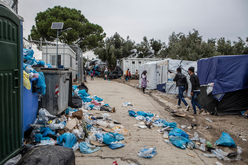 Στον ελαιώνα, ακριβώς δίπλα στον επίσημο καταυλισμό της Μόριας, σήμερα ζουν 7.000 άνθρωποι. Τα σκουπίδια είναι ένα από τα βασικότερα προβλήματα στον καταυλισμό.
