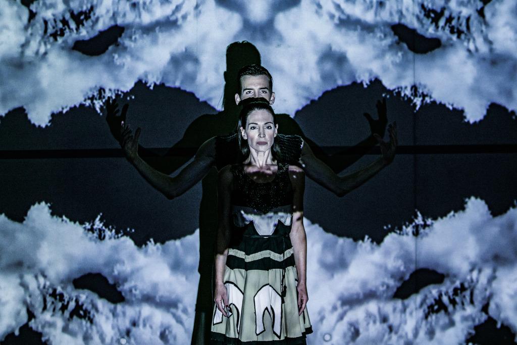 Χορός με τη σκιά μου - Β. Μπίκος Ευ. Ισαακίδου 8132a- φωτό Α. Σιμόπουλος