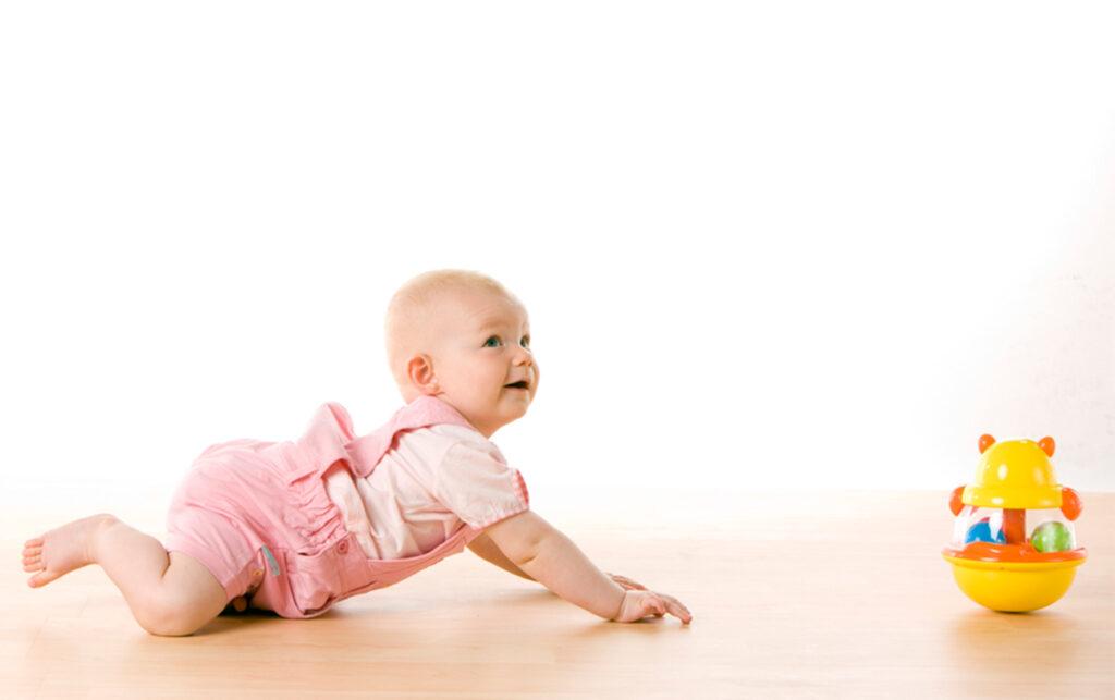 Πότε μπουσουλάνε τα μωρά